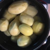 Nomizo kartupeļus un vāri