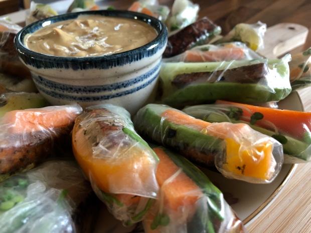 Pavasara rullīši ar dārzeņiem un tofu